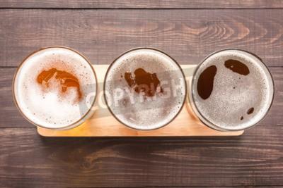 Carta da parati Assortimento di bicchieri di birra su uno sfondo di legno. Vista dall'alto.