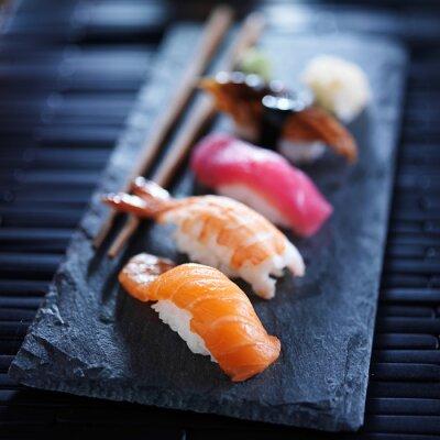 Carta da parati assortiti nigiri sushi su ardesia