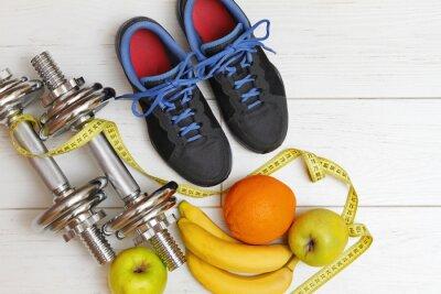 Carta da parati attrezzature per il fitness e nutrizione sana su bianco tavola di legno fl
