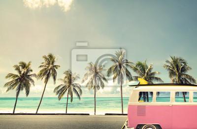 Carta da parati Auto d'epoca sulla spiaggia con una tavola da surf