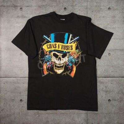 Carta da parati AVEIRO, PORTOGALLO - 20 LUGLIO 2016: Maglietta merce di Guns n 'Roses. Guns N 'Roses è tra le band più vendute al mondo di tutti i tempi.