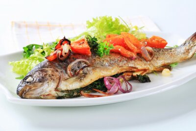 Carta da parati Baked trout with tomatoes and green salad
