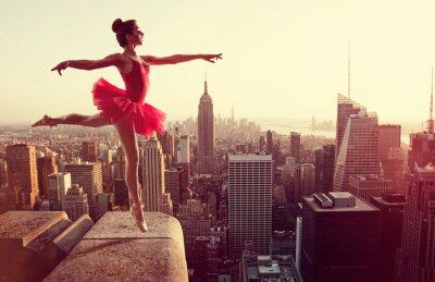 Carta da parati Ballerino di danza classica di fronte al New York Skyline