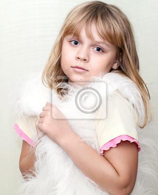 Carta da parati Bambina bionda avvolge nel bianco soffice maglia della pelliccia