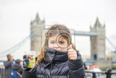Carta da parati Bambina con il Tower Bridge in background