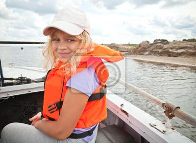 Carta da parati Bambina su una piccola barca indossa arancione giubbotto di salvataggio