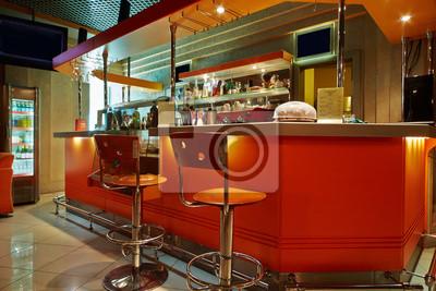 Bancone da bar e sgabelli in caffè bar vuoto carta da parati
