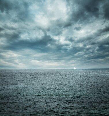 Carta da parati Barca a vela in mare in tempesta. Sfondo Scuro.