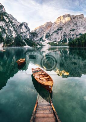 Carta da parati Barche e costruzione di slip nel lago di Braies con acqua cristallina sullo sfondo della montagna di Seekofel in Dolomiti al mattino, Italia Pragser Wildsee