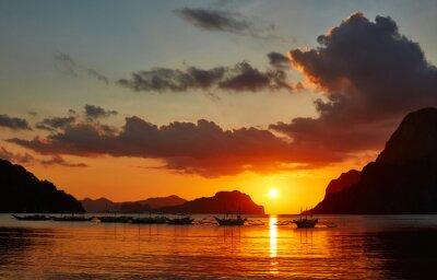 Carta da parati barche Filippino tradizionali a El Nido Bay nel luci del tramonto.