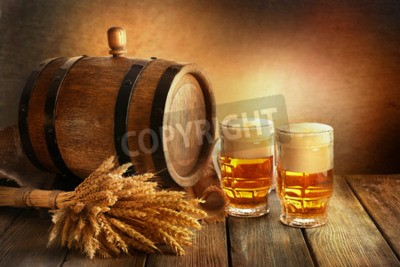 Carta da parati barile di birra con bicchieri di birra sul tavolo su sfondo marrone