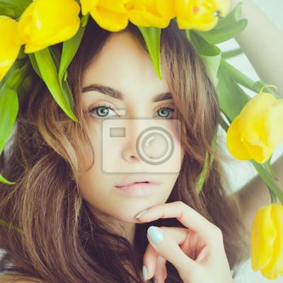 Carta da parati Beautiful lady with tulip