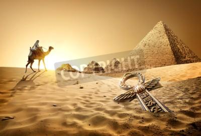 Carta da parati Bedouin sul cammello vicino piramidi e ankh nel deserto