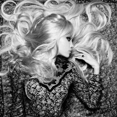 Carta da parati Bella donna con magnifici capelli