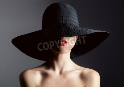 Carta da parati Bella donna in cappello. Retro moda. Sfondo scuro.