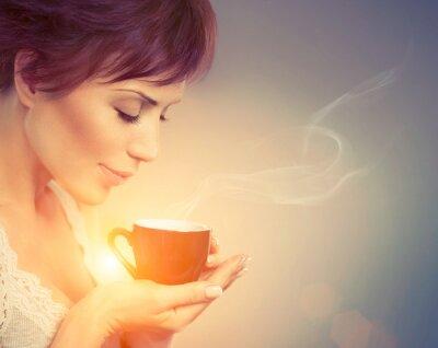Carta da parati Bella ragazza che gode del caffè. Donna con la tazza di bevanda calda
