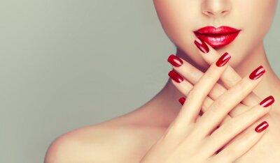 Carta da parati Bella ragazza che mostra manicure unghie rosse. trucco e cosmetici