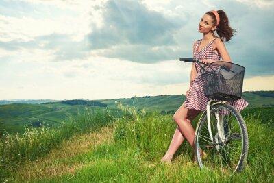 Carta da parati bella ragazza con l'annata esterno moto, ora legale Toscana