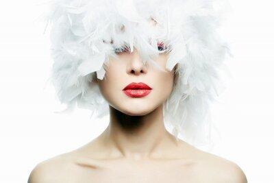 Carta da parati Bella ragazza in cappello di piume bianche. Trucco