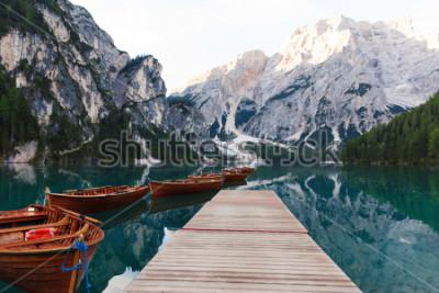 Carta da parati Bellissimo paesaggio del Lago di Braies (Lago di Braies), luogo romantico con ponte in legno e barche sul lago alpino, montagne delle Alpi, Dolomiti, Italia, Europa