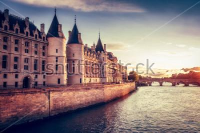 Carta da parati Bellissimo skyline di Parigi, in Francia, con Conciergerie, Pont Neuf al tramonto. Sfondo colorato di viaggio. Paesaggio urbano romantico.