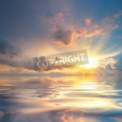 Carta da parati Bellissimo tramonto sul mare con la riflessione in acqua, nuvole maestose nel cielo