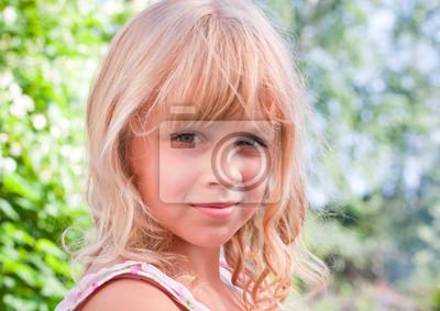 Carta da parati Bello leggermente sorridente ritratto all'aperto bambina bionda