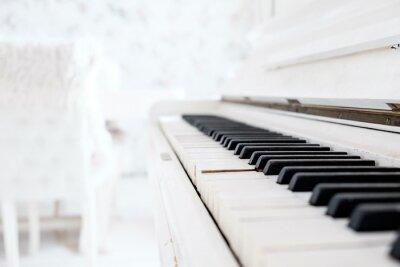 Carta da parati Bianco pianoforte d'epoca in una stanza bianca