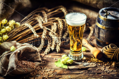 Carta da parati Bicchiere di birra fresca fresca in ambiente rustico. Sfondo di cibo e bevande