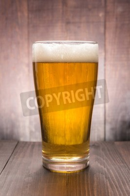 Carta da parati Bicchiere di birra sullo sfondo di legno.