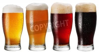 Carta da parati Bicchieri di birra su sfondo bianco.