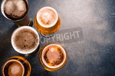 Carta da parati bicchieri di birra su un tavolo scuro