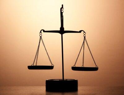 Carta da parati Bilance per oro di giustizia su sfondo marrone