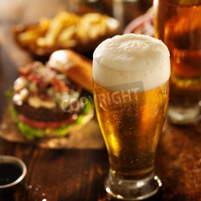 Carta da parati birra con hamburger sul tavolo del ristorante