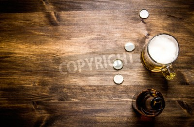 Carta da parati Birra stile- bottiglia, la birra nel bicchiere e copre su tavola di legno.