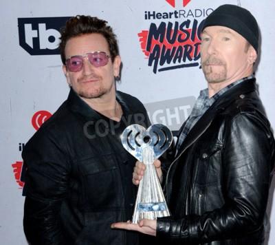 Carta da parati Bono e The Edge di U2 ai 2016 iHeartRadio Music Awards tenutosi al Forum di Inglewood, USA il 3 aprile 2016.