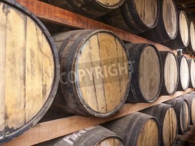 Carta da parati Botti di rovere accatastate per la memorizzazione di bevande alcoliche come vino, whisky, rum, e così via