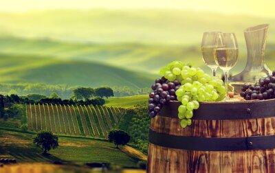 Carta da parati Bottiglia di vino bianco e bicchiere di vino sul barile wodden. bella Tus