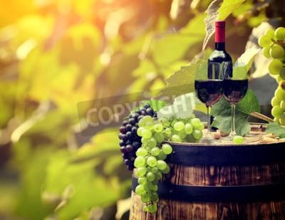 Carta da parati bottiglia di vino rosso e bicchiere di vino sul barile wodden.