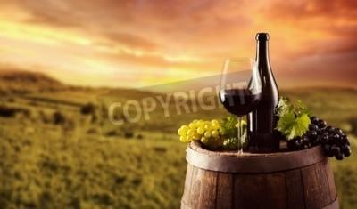 Carta da parati bottiglia di vino rosso e vetro sul fusto di legno. Vigna su sfondo