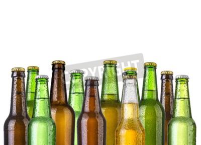 Carta da parati bottiglie di birra ghiacciata isolato su uno sfondo bianco