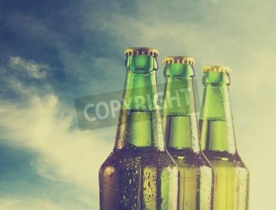 Carta da parati Bottiglie di birra sulla spiaggia. Filtro Retro.