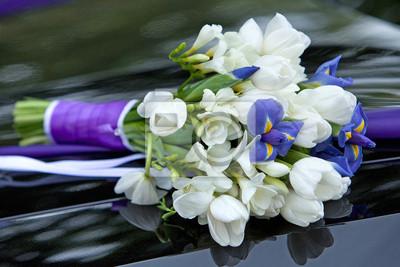 Fiori Blu E Bianchi.Bouquet Di Fiori Blu E Bianco Di Iris E Tulipani Carta Da Parati