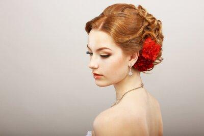 Carta da parati Bride. Golden Hair femminile con fiore rosso. Platinum Collana