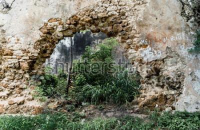 Carta da parati Buco nel muro della costruzione di pietra abbandonata.