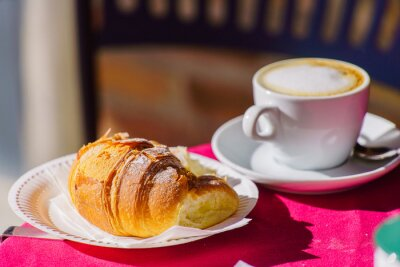 Carta da parati caffè con cornetto