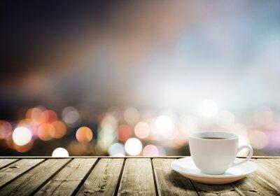 Carta da parati caffè sul tavolo in città di notte