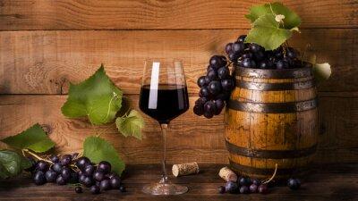 Carta da parati calice di vino rosso con uva e botte