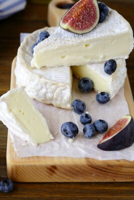 Carta da parati camembert formaggio con fichi e mirtilli