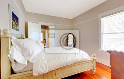 Camera da letto luminosa con base bianca e pareti beige. carta da ...